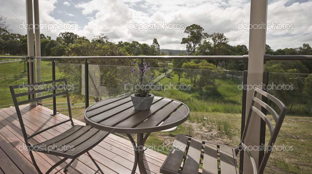 Mesa Para Dos En Una Terraza De Madera Foto De Stock
