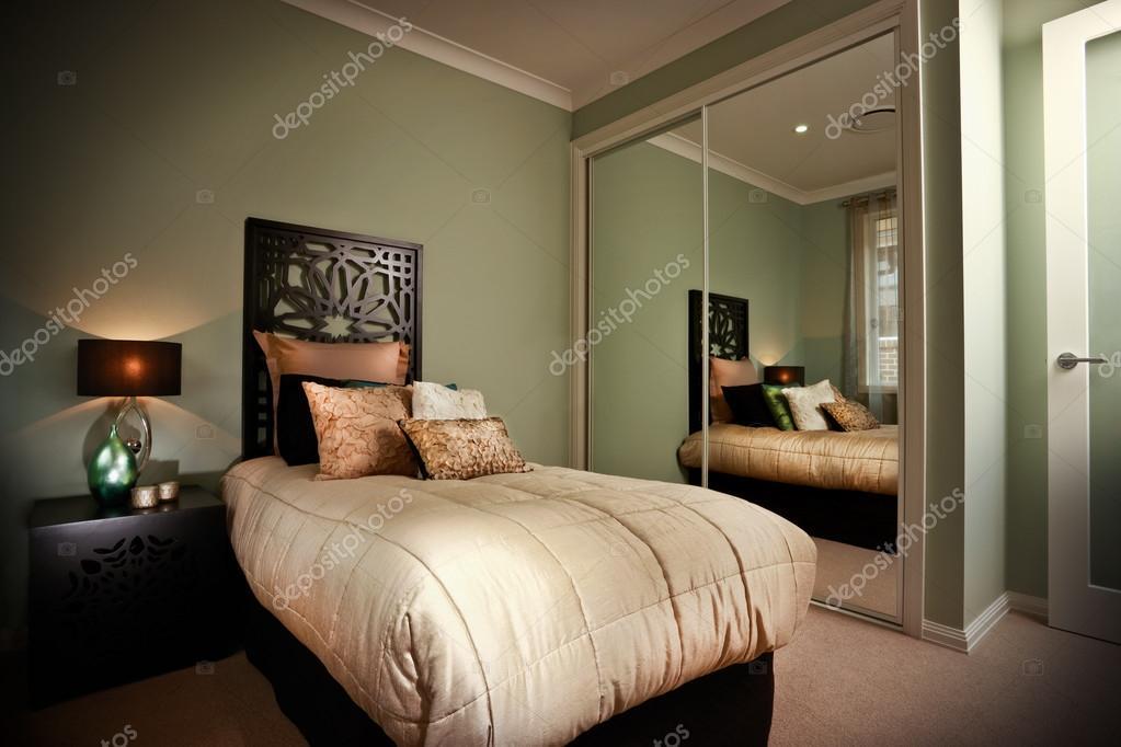 slaapkamer interieur weerspiegeld in spiegels — Stockfoto © jrstock1 ...