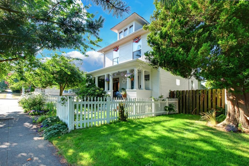 Weisse Historische Amerikanische Haus Mit Veranda Zaun Und Grunem