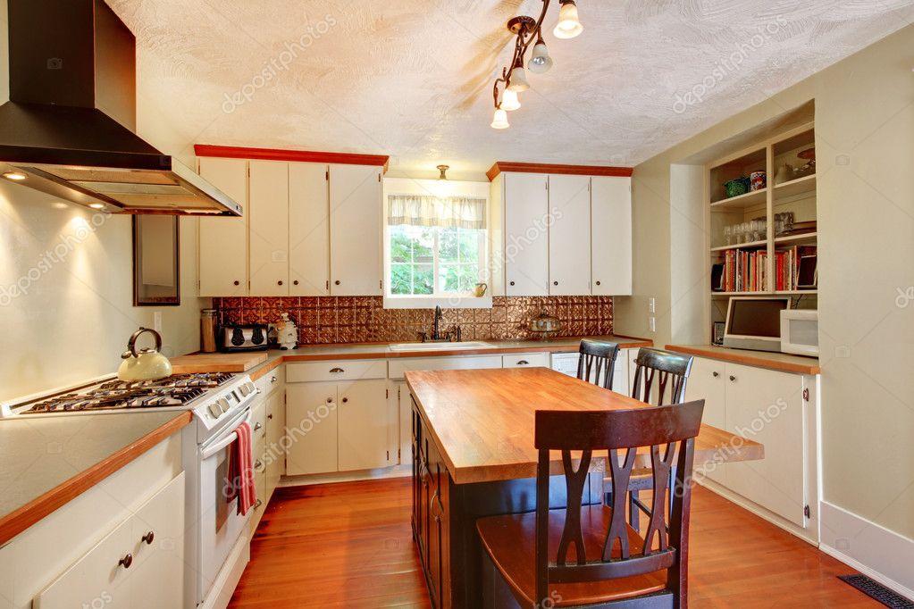 Handwerk gemütliche weiße Küche mit grauen Wänden und Holzboden ...