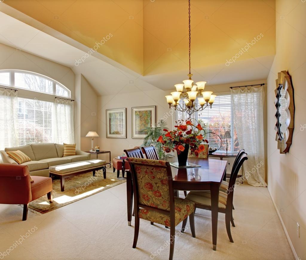 elegante eetkamer tafel met klassieke meubels en inrichting ...
