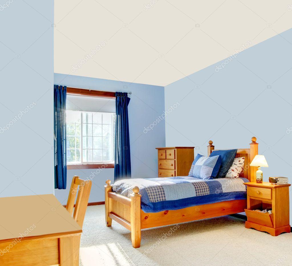 blauwe jongens kamer interieur met houten bed en gordijnen foto van iriana88w