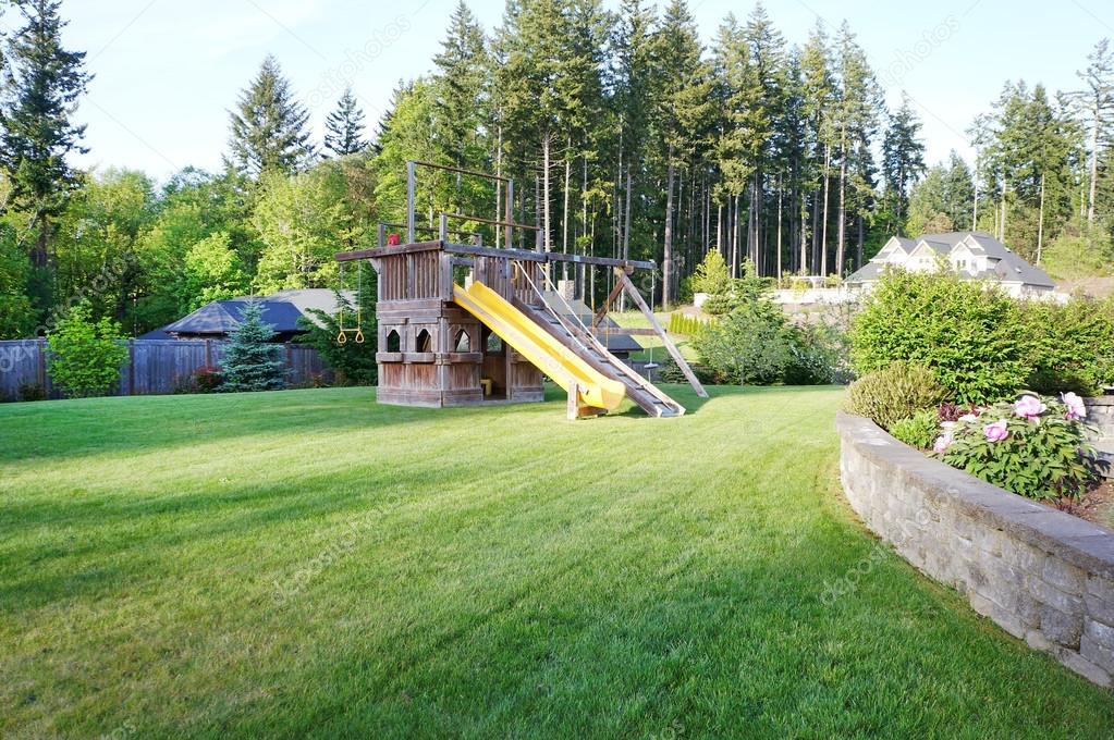terreno de juego madera grande para nios en el patio privado casa u foto de stock