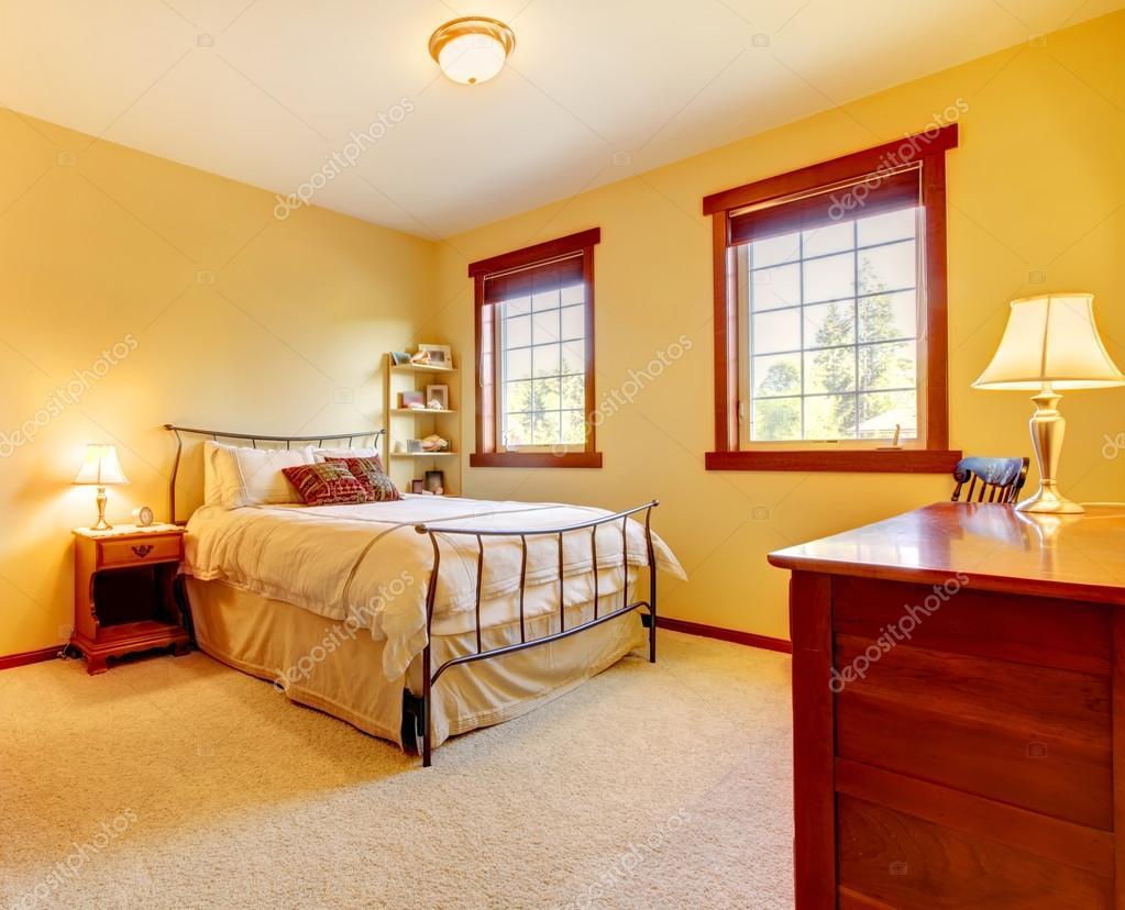 grote slaapkamer met metalen bed en twee vensters — Stockfoto ...