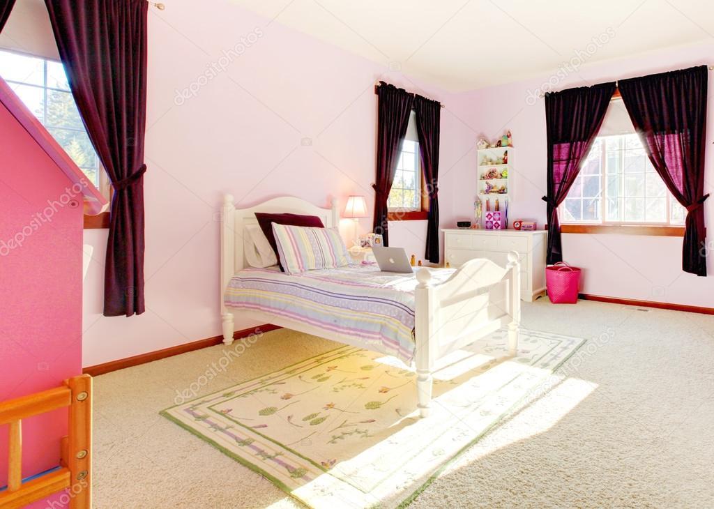 Pembe Kızlar yatak odası iç perdeli ve beyaz yatak — Stok ...