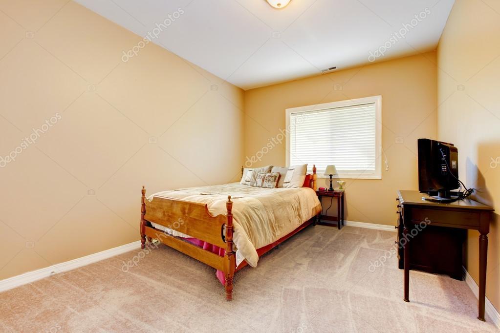 Gele Muur Slaapkamer : Grote slaapkamer met gele muren en beige tapijt u stockfoto