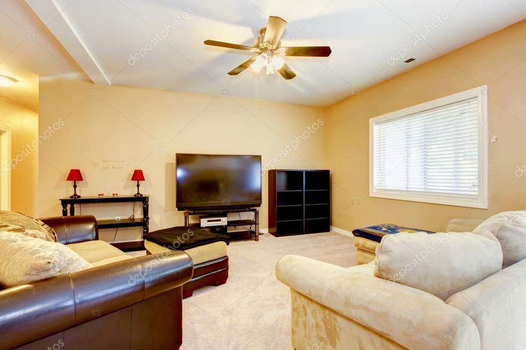 gelbe wohnzimmer mit braunen sofas und tv — stockfoto © iriana88w, Wohnzimmer