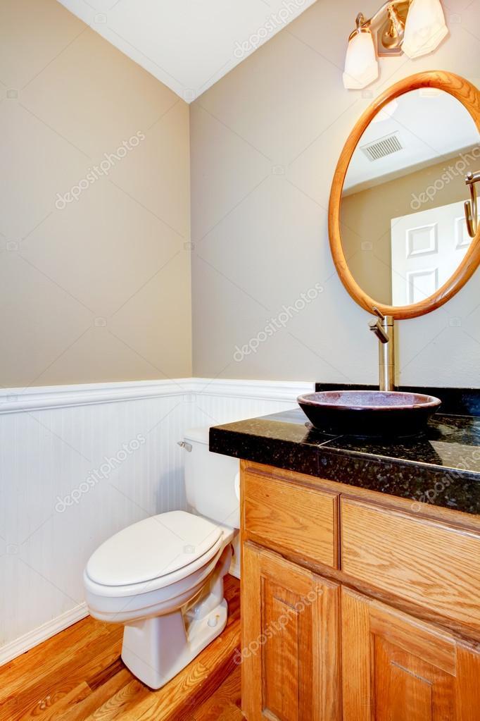 nieuwe mooie kleine badkamer met hout kast en vloer — Stockfoto ...