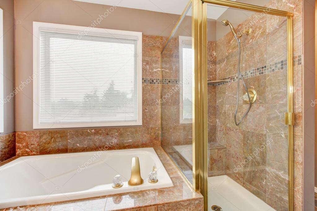 neue granit dusche und badewanne mit goldenem metall — stockfoto,