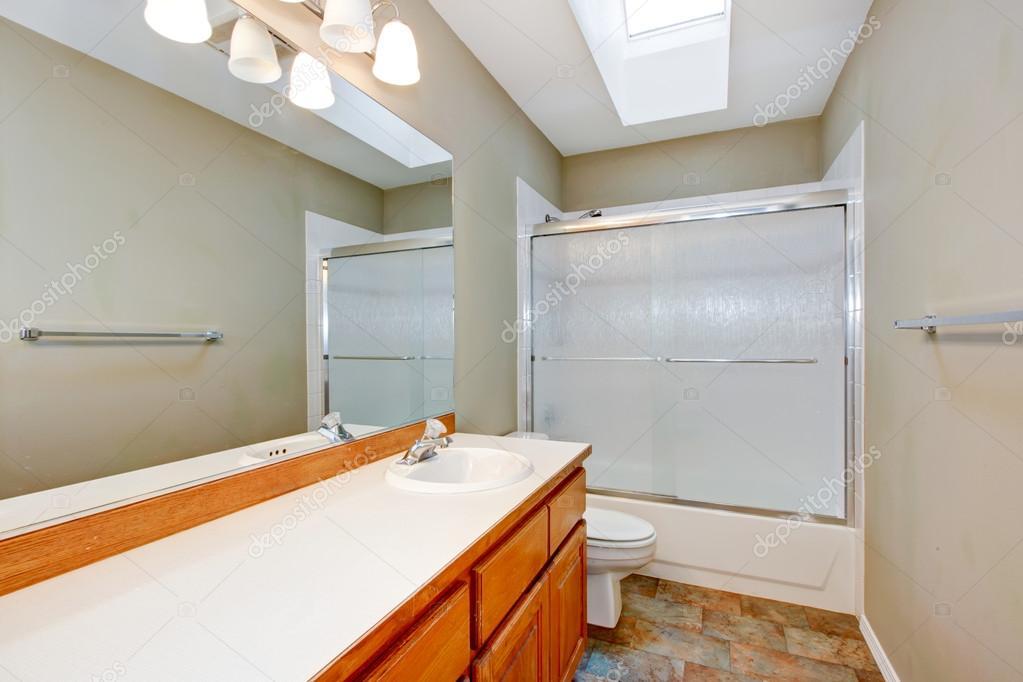 Ripiani In Legno Per Bagno : Nuovo bagno vuota con ripiani in legno e pareti beige u foto stock