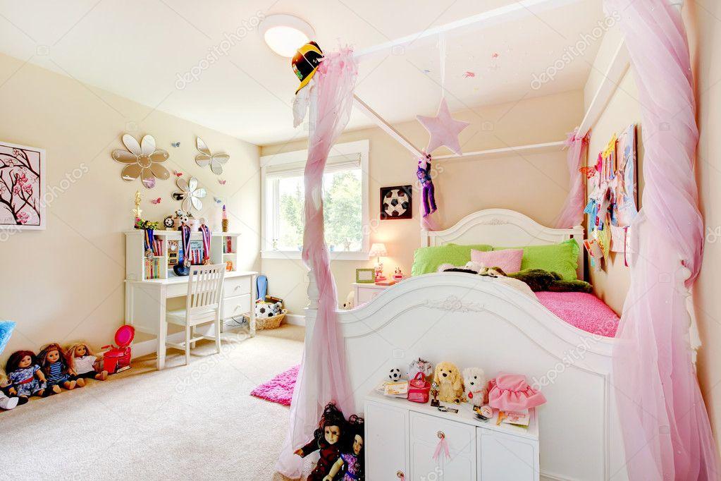 Baby meisje kamer interieur met witte bed en roze gordijnen