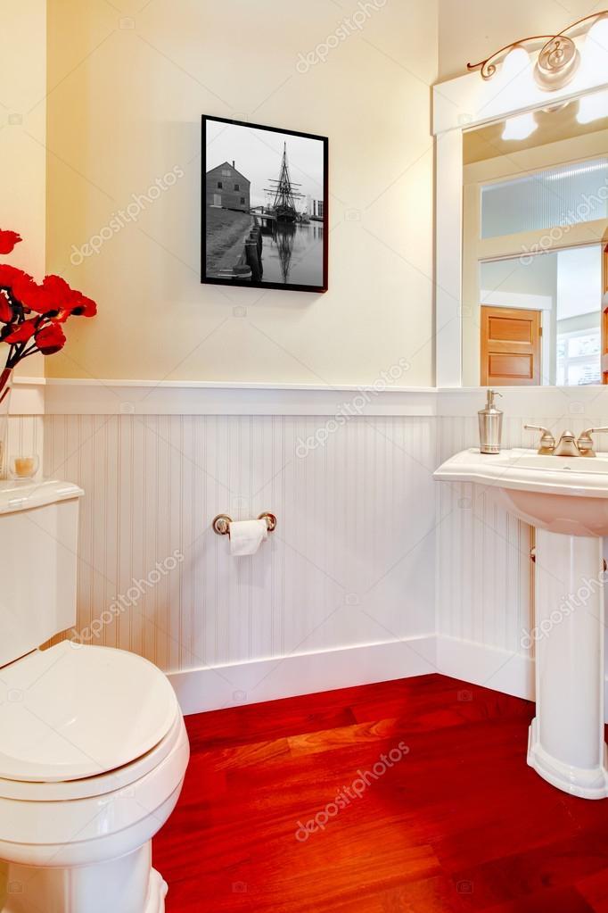 witte kleine elegante badkamer met rode houten vloer — Stockfoto ...