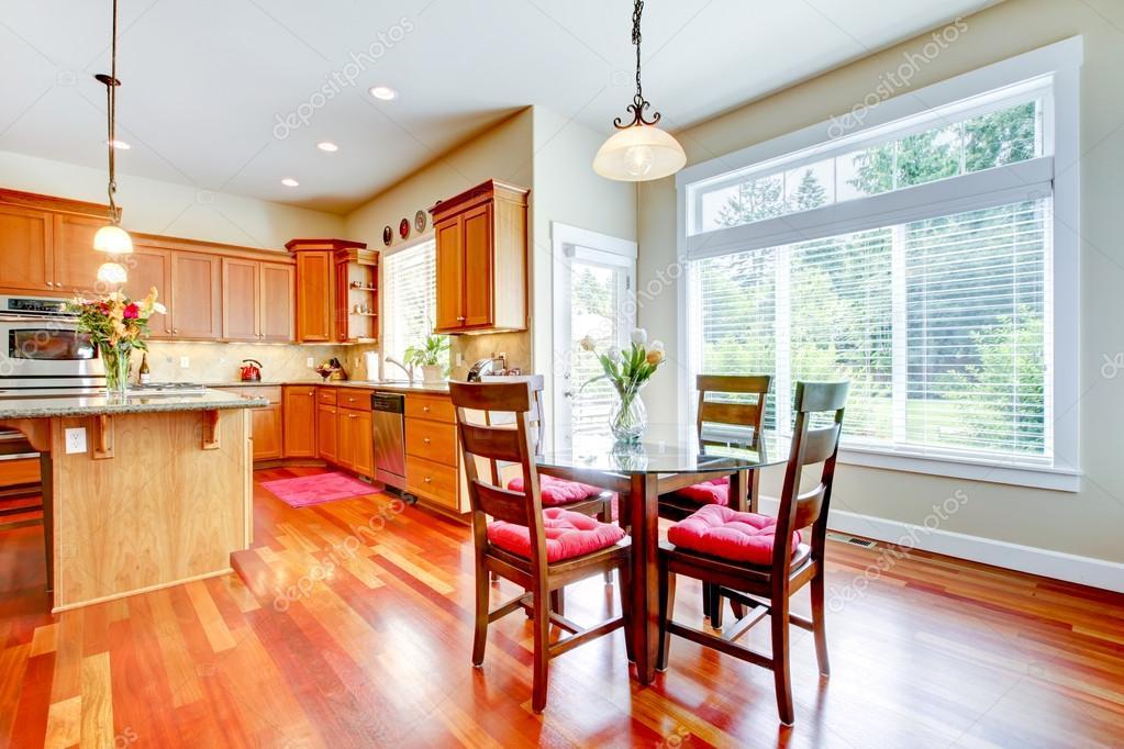 Esszimmer und Küche mit roter Kirsche Holz und große Fenster ...