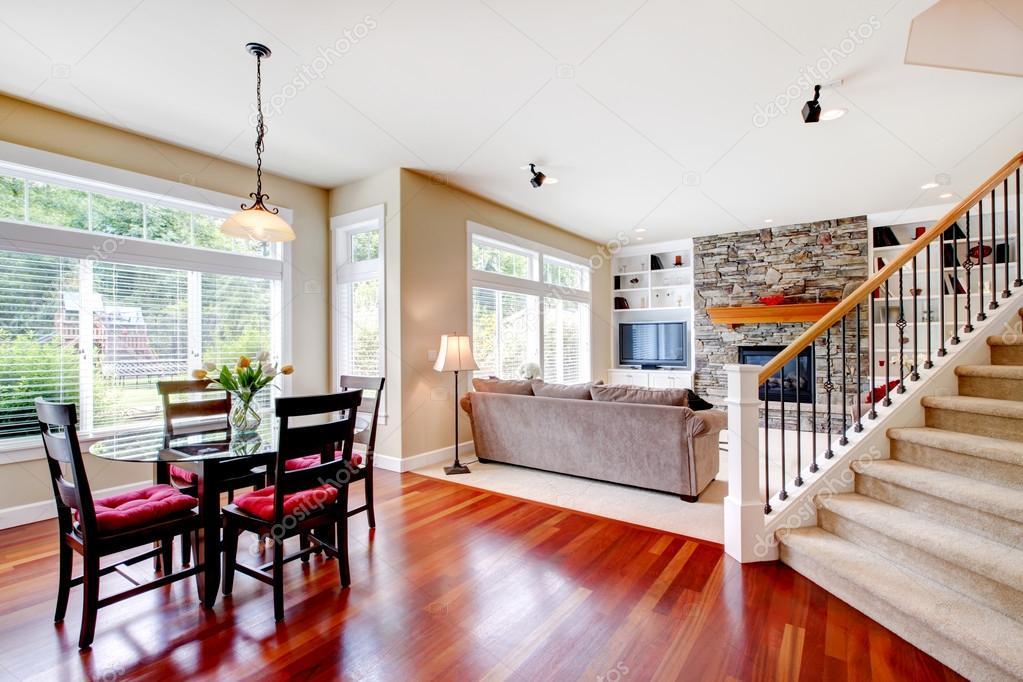 Ampio soggiorno e sala da pranzo con legno duro scalinata for Sala da pranzo e soggiorno