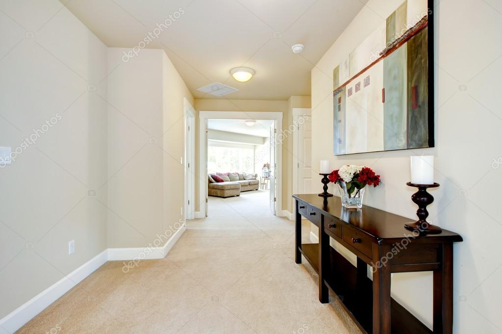 Grande corridoio casa con arte e mobili foto stock iriana88w 13894640 - Mobili per corridoi ...