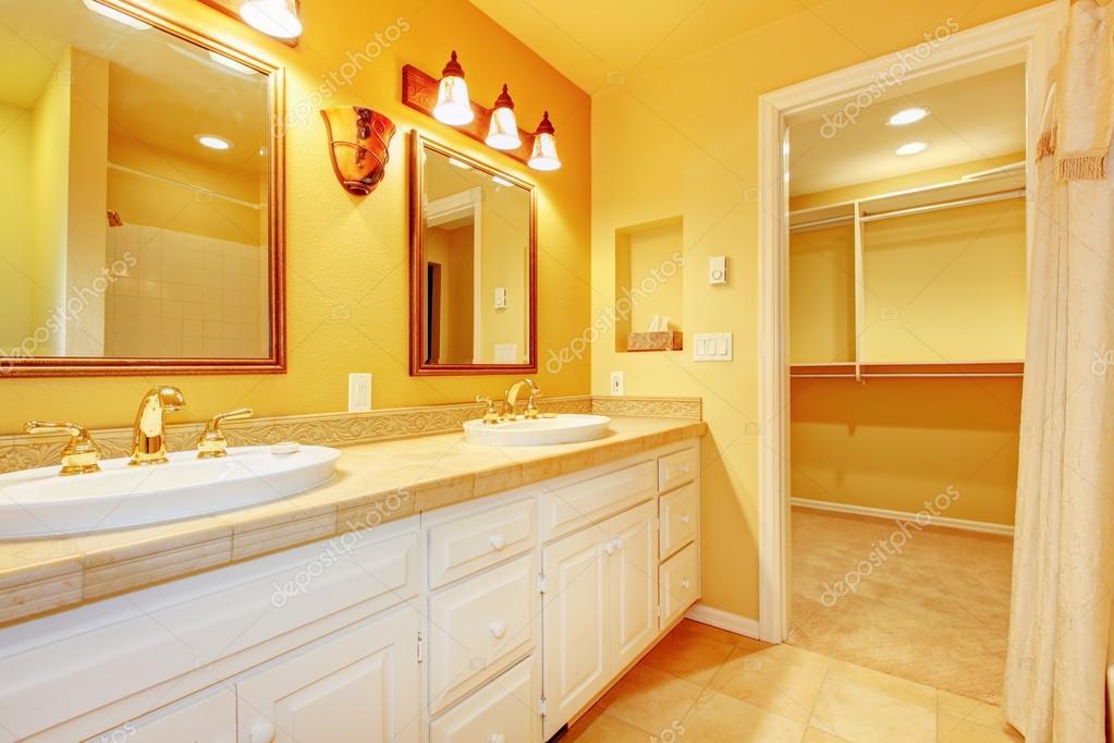 badkamer met witte kasten en gouden gele wanden — Stockfoto ...