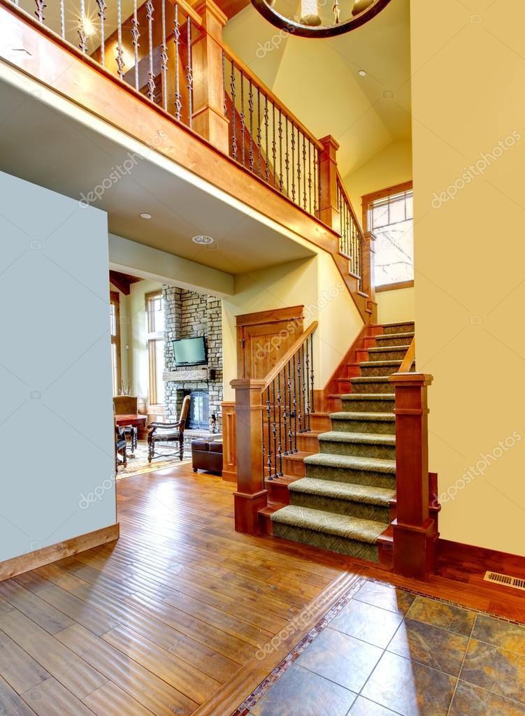 Corridoio casa di montagna di lusso con scala foto stock for Immagini di case di lusso