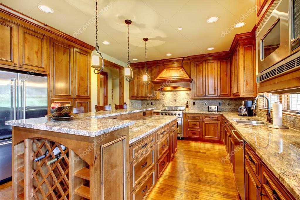 luxus holz küche mit granit-arbeitsplatte — stockfoto © iriana88w, Modernes haus