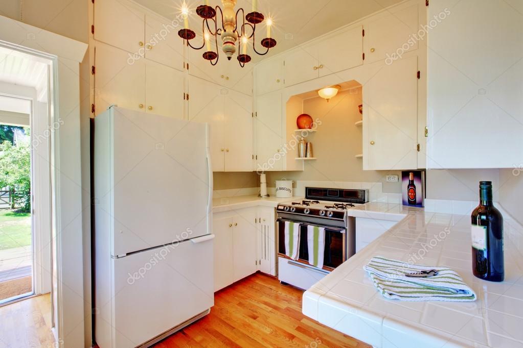 cuisine blanche avec plancher de bois franc et porte ouverte photographie iriana88w 16620459. Black Bedroom Furniture Sets. Home Design Ideas
