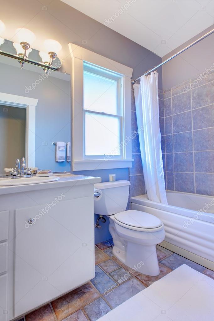 blauwe badkamer met witte kasten met stenen tegels en blauwe tegels ...