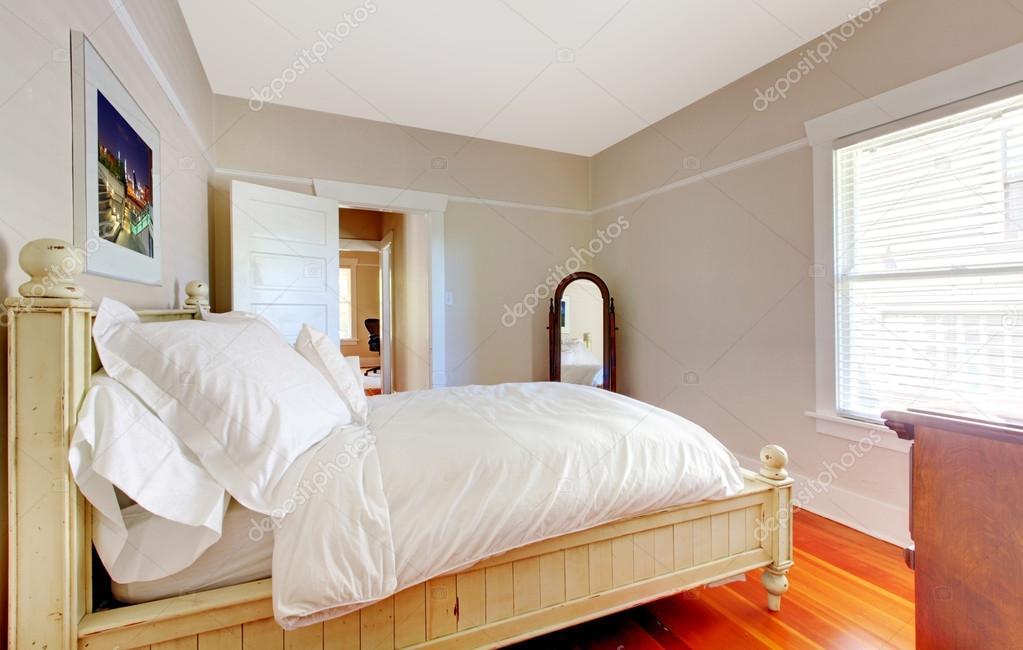 luminosa camera da letto con letto bianco e pareti beige — Foto ...
