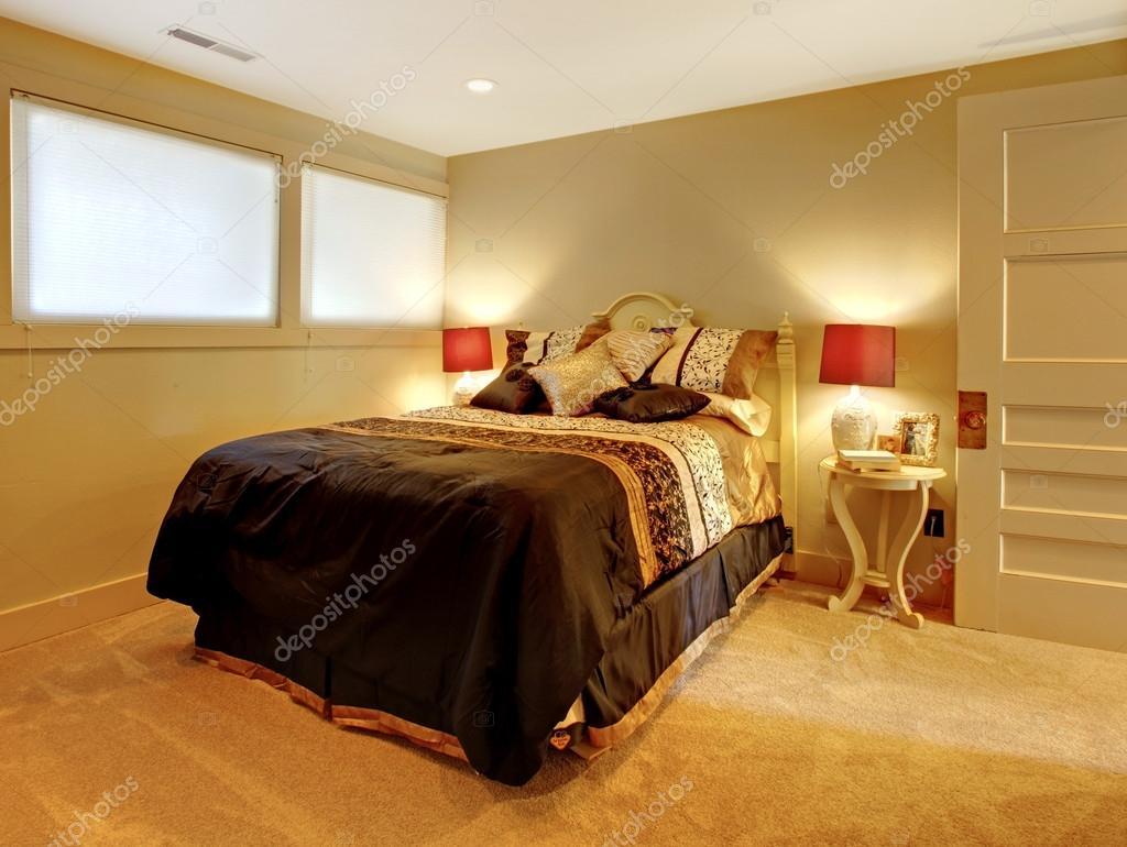 Hochwertig Kleine Keller Schlafzimmer Mit Bett Und Gelben Farben Gast U2014 Foto Von  Iriana88w