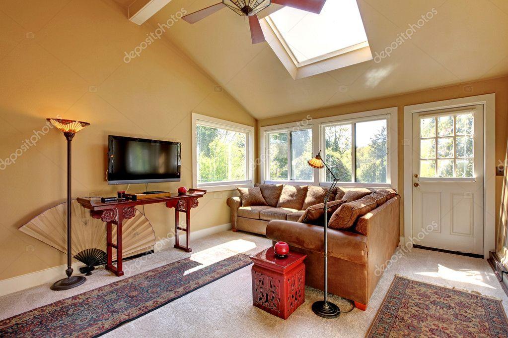 Großes Wohnzimmer Mit Sofa, Tv Und Braune Wände Mit Beigen Teppich U2014 Foto  Von Iriana88w