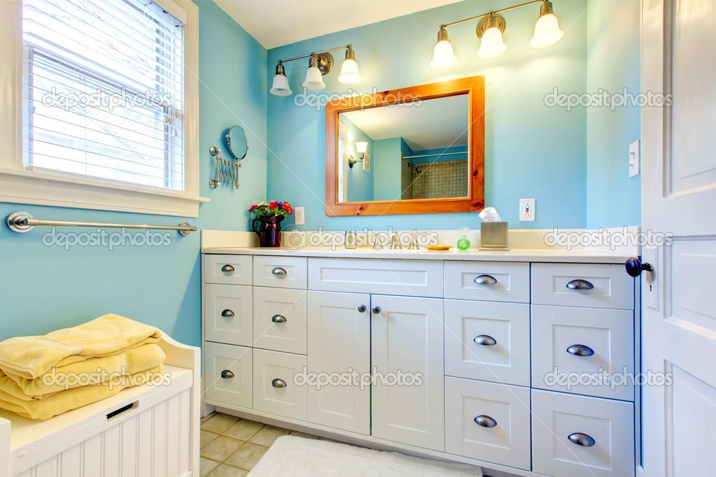 Badezimmer Stauraum, blaue und weiße badezimmer mit viel stauraum — stockfoto © iriana88w, Design ideen