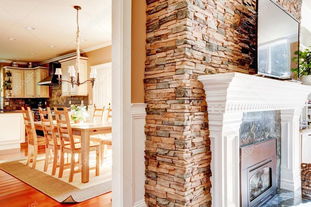 chimenea de piedra con tv en sala de soluciones y comedor y cocina u foto de irianaw