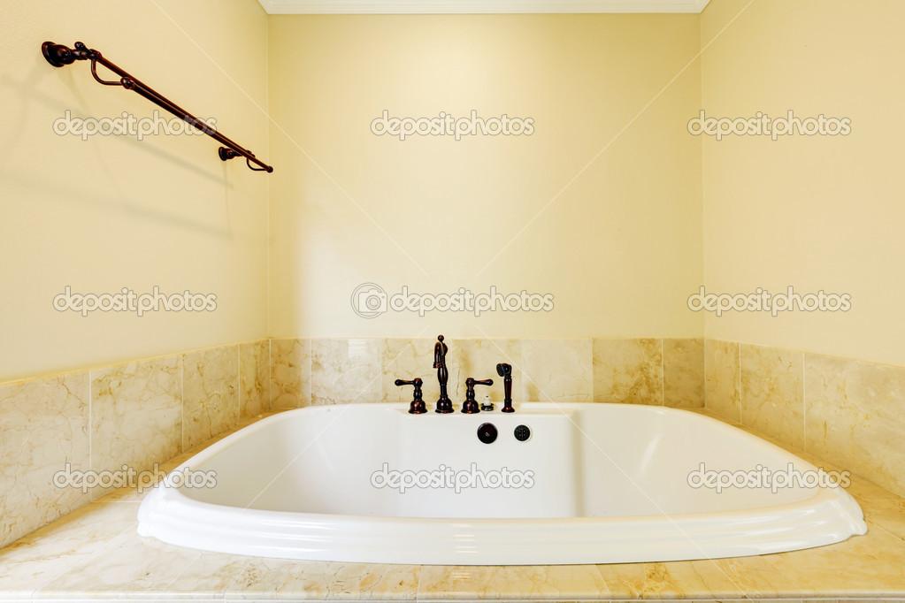 belle vide salle de bains avec grande baignoire blanche ...