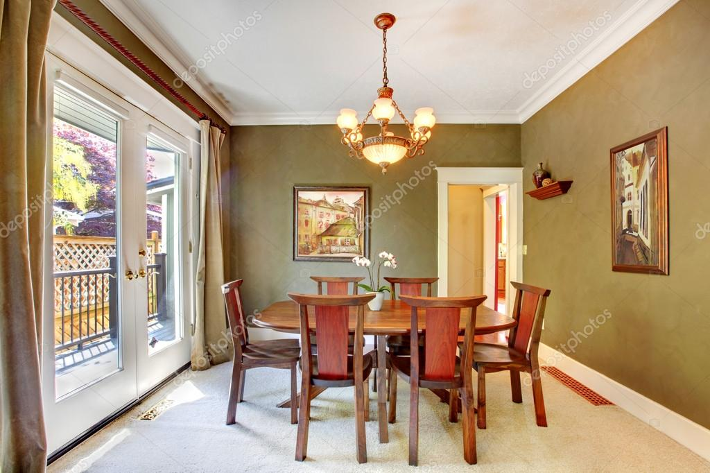 sala da pranzo classica verde con arte e grande porta — Foto Stock ...