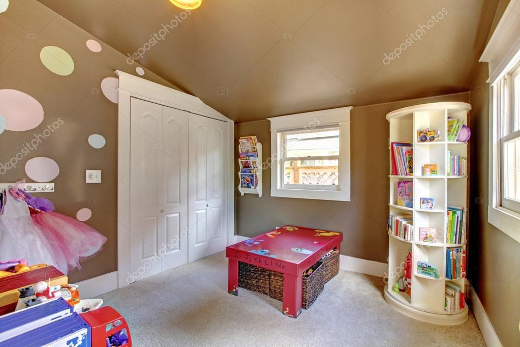 Bruin spelen kamer kinderen meisje interieur met speelgoed