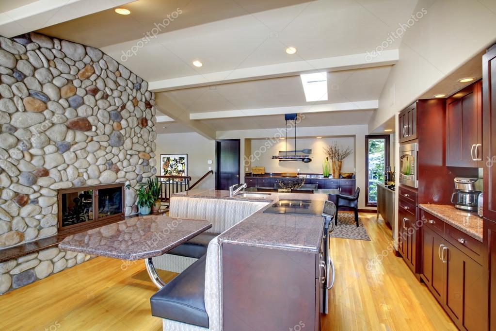 cucina di lusso mohogany con mobili moderni e camino in pietra ...