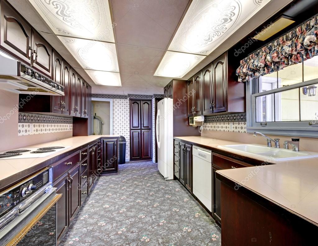 Cozinha Velha De Madeira Estreita Com Carpete E Cortinas