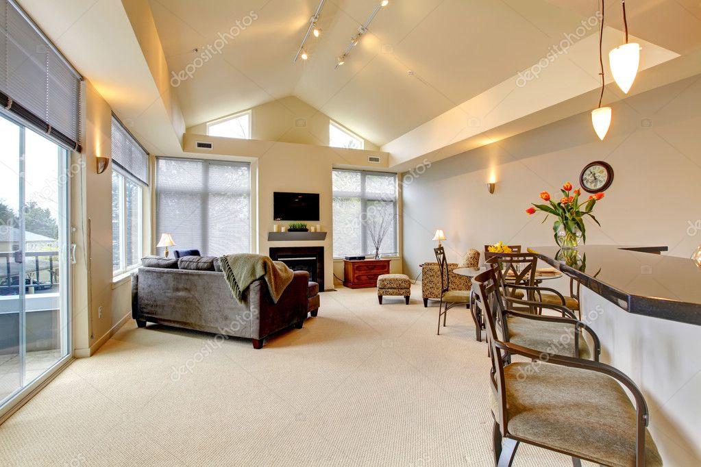 Grote moderne luxe appartement woonkamer met keukenbar u2014 stockfoto