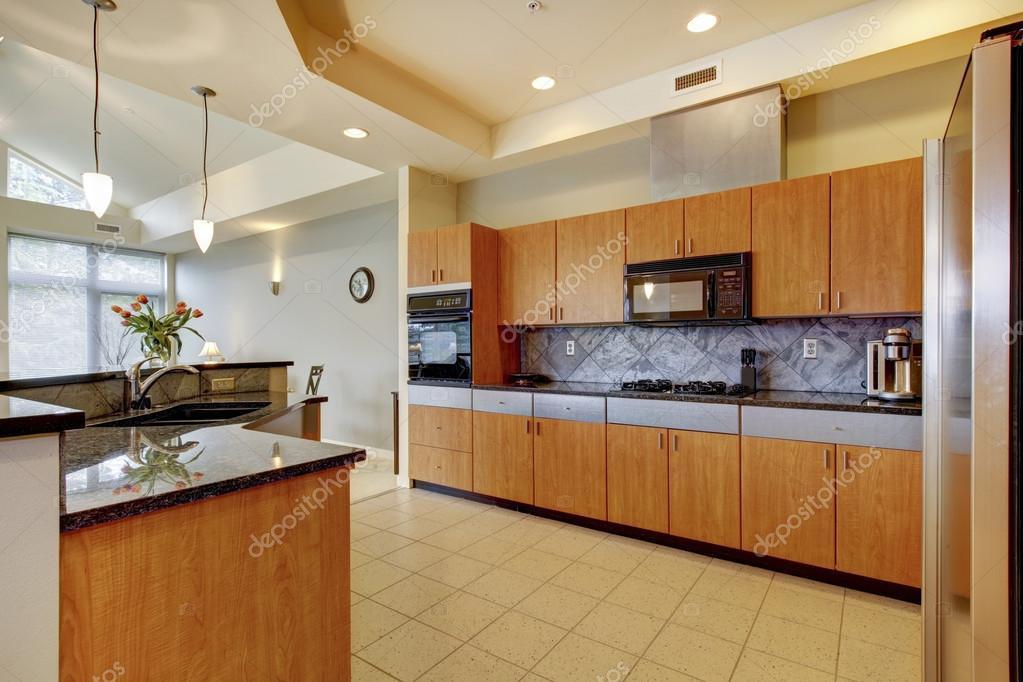 gran cocina moderna de madera con sala de estar y techos altos ...