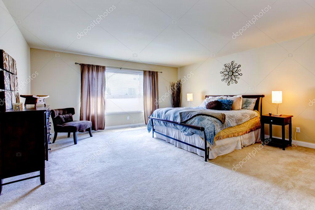 großes Schlafzimmer mit Teppich Beige und schwarz Bett — Stockfoto ...