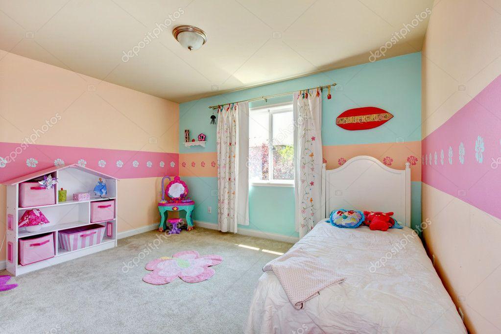 Camere Da Letto Bambino : Camera da letto ragazza bambino con letto bianco u2014 foto stock
