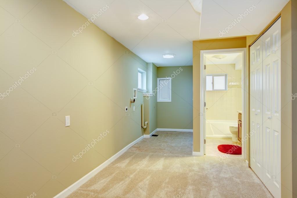 Kelder hal met wasruimte en badkamer u2014 stockfoto © iriana88w #20486351