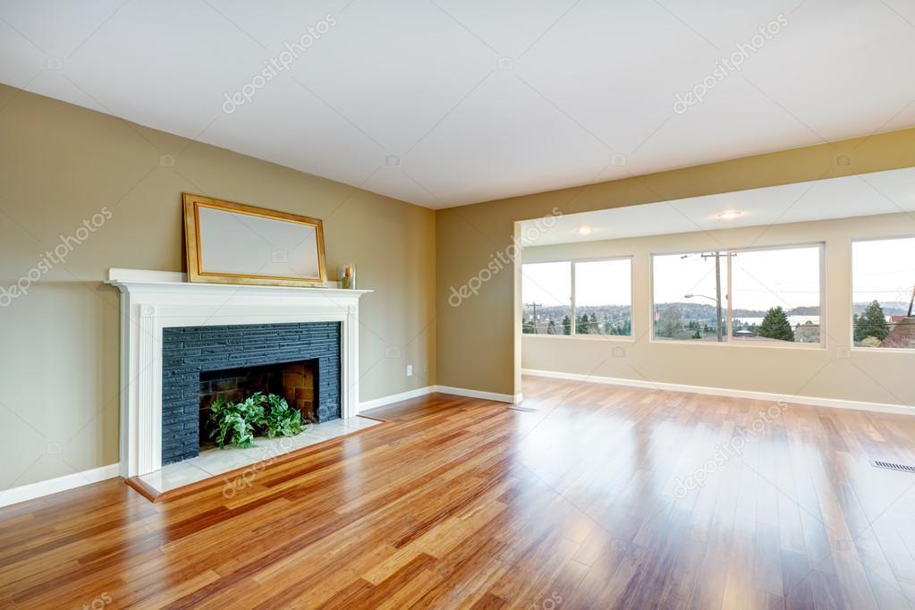 Woonkamer in een nieuwe lege zaal met open haard u stockfoto