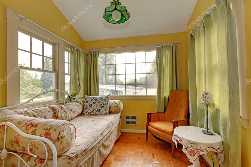 kleine woonkamer met sofa en leeshoek slapen stockfoto