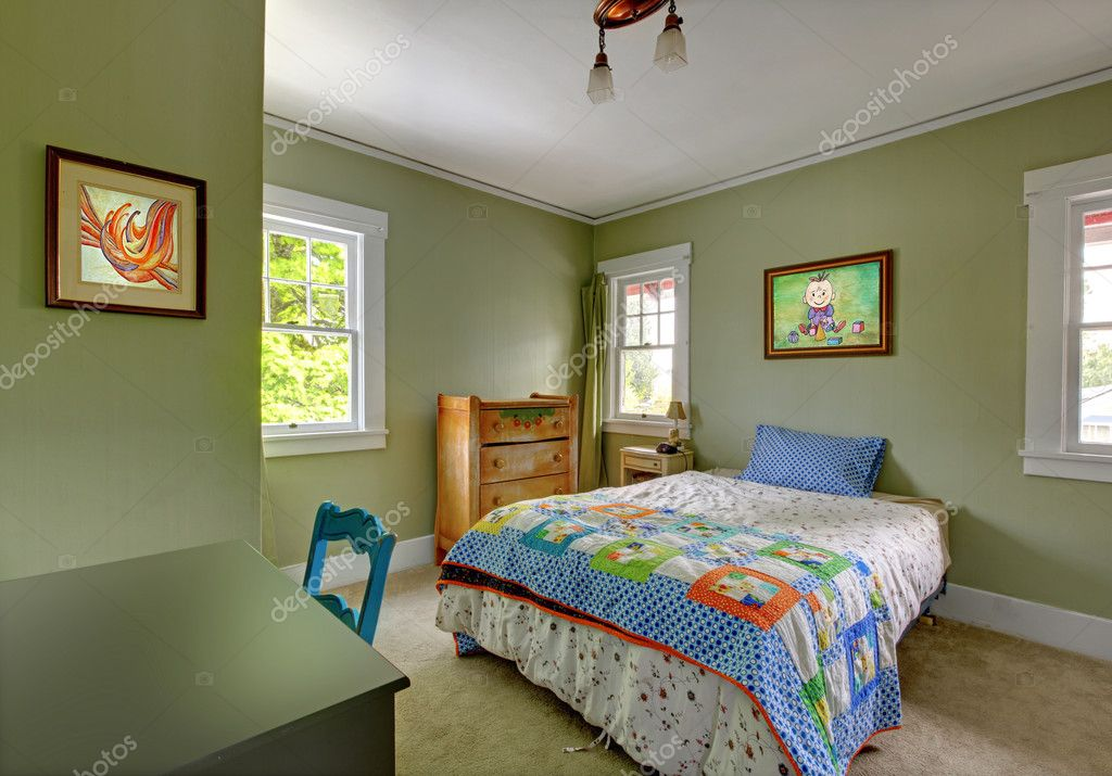 kinderen slaapkamer met Bureau en groene muren — Stockfoto ...