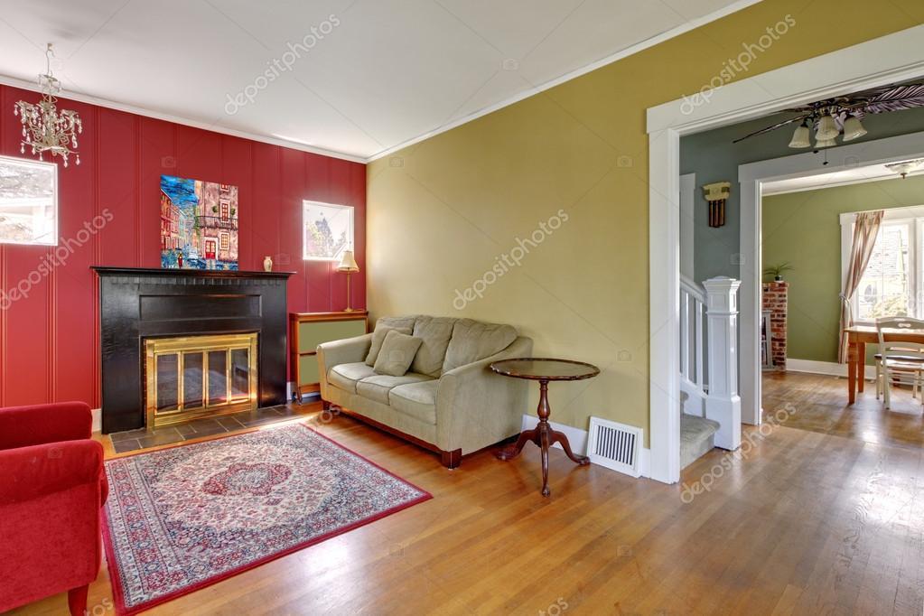woonkamer met rode en gele muren en open haard — Stockfoto ...