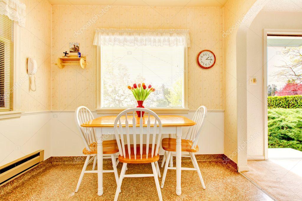 Witte oude kleine keuken in amerikaanse huis bouwen in