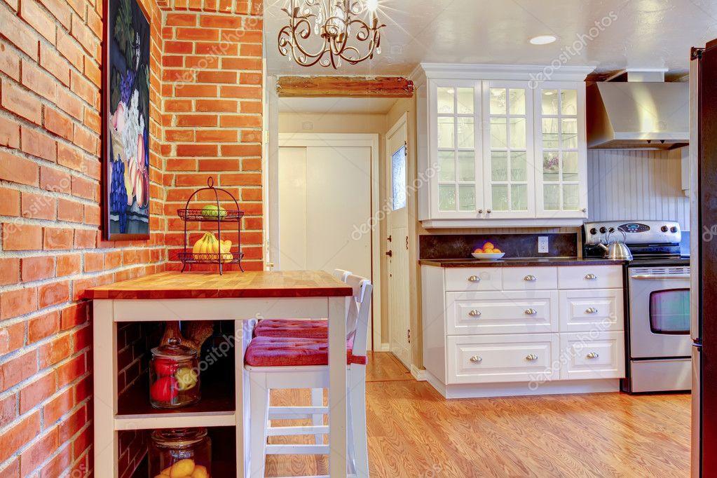 poêle de cuisine blanche avec mur de briques, bois et acier ...