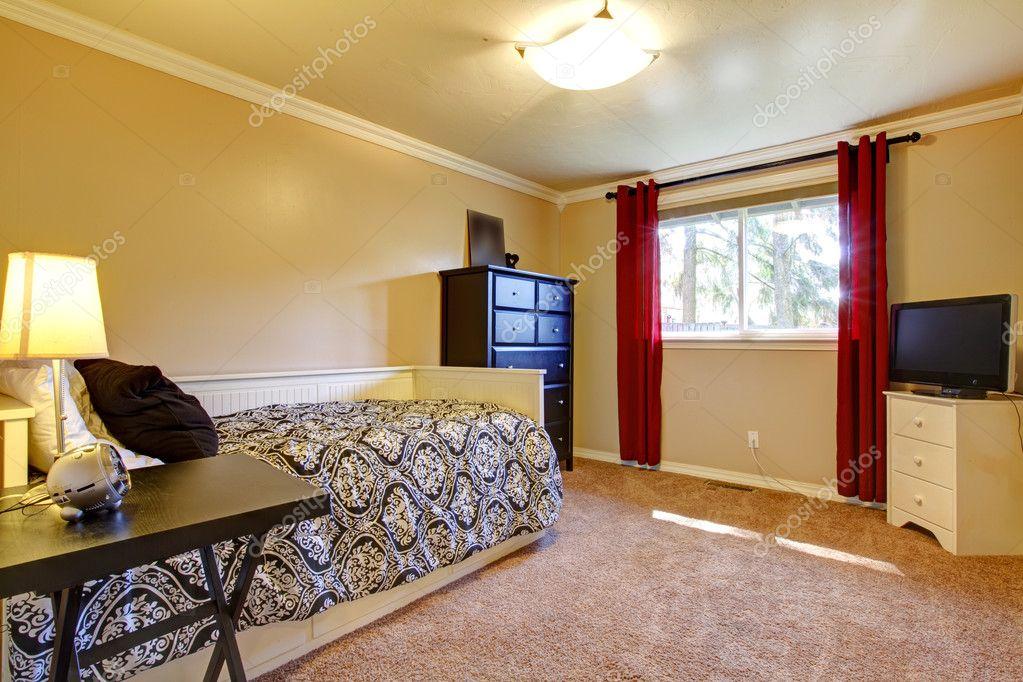 Gele Muur Slaapkamer : Slaapkamer interieur met gele muren en tv u stockfoto iriana w