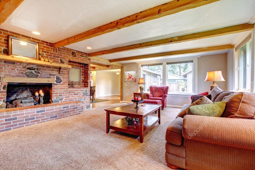 wohnzimmer innenraum mit gemauerten kamin holz balken und rot stockfoto iriana88w 21773447. Black Bedroom Furniture Sets. Home Design Ideas