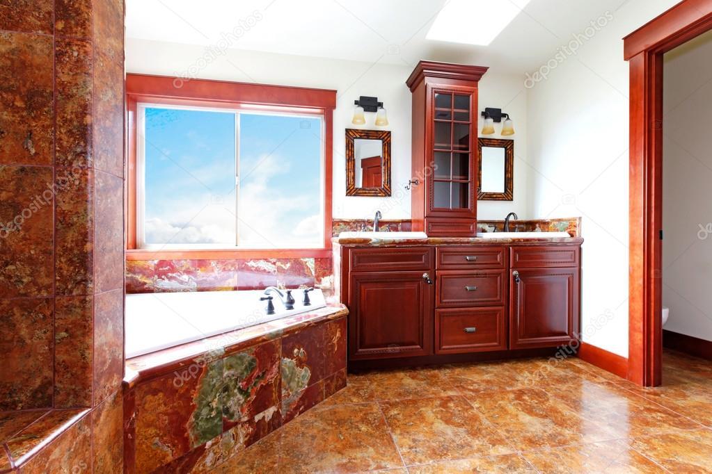 Salle de bain maison neuve luxe avec marbre rouge et bois d ...