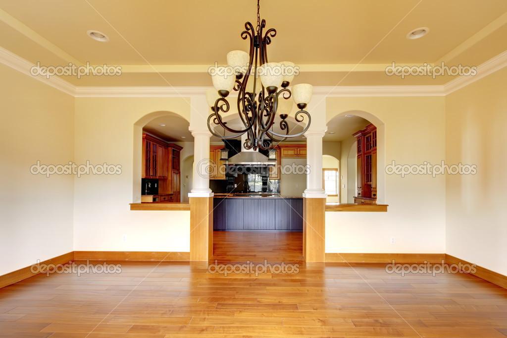 Interni di lusso grande sala da pranzo con cucina e arco ...