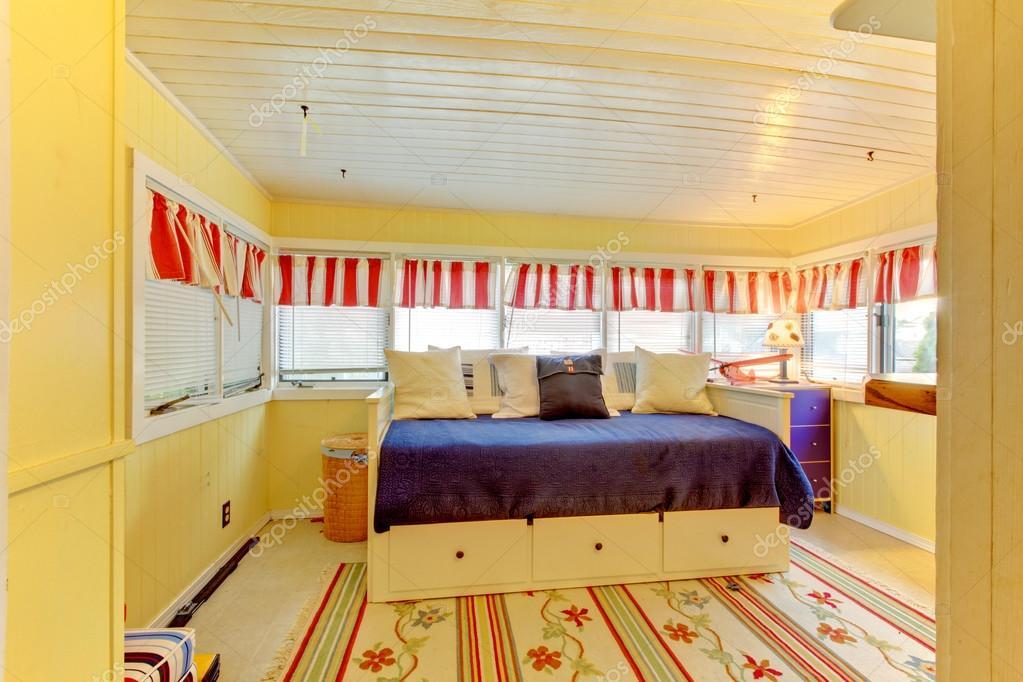 chambre jaune petit porche avec lit de jour bleu — Photographie ...